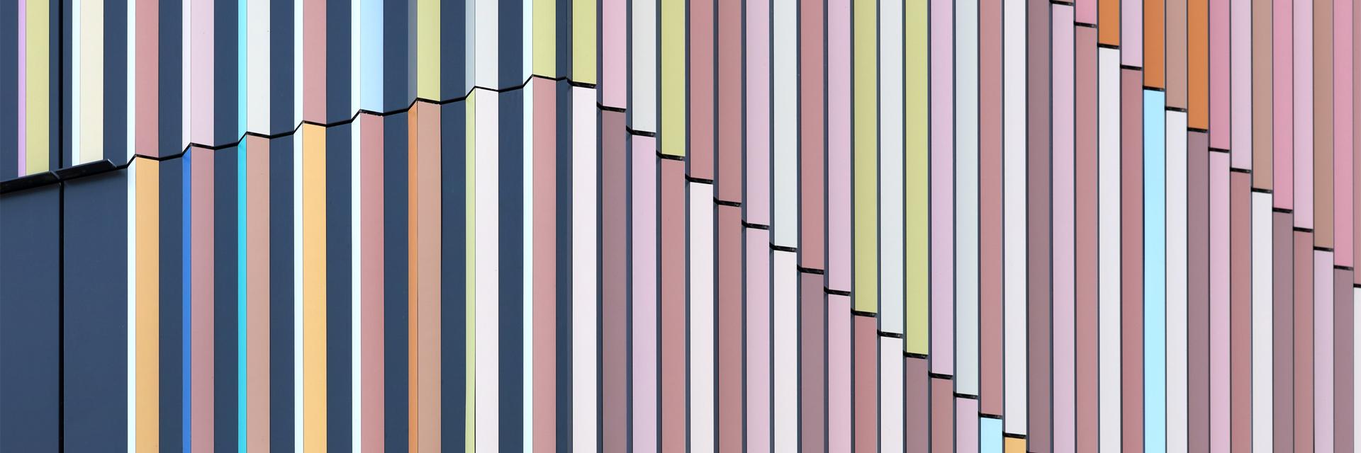 Detail des Marrahauses von Architekt Alexander Schleifenheimer in Heilbronn mit über 47 individuell erstellten Duraflon-Farbtönen auf den Fassadenlamellen.