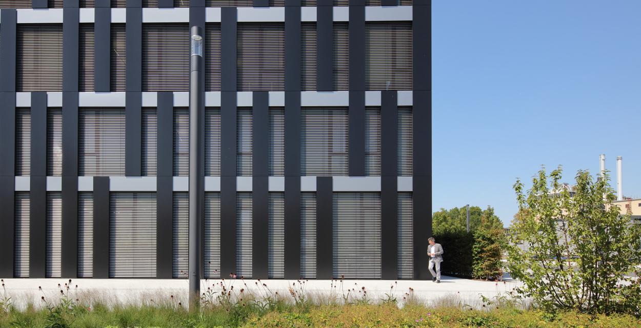 Bürogebäude Freudenberg, Weinheim mit Duraflon Metallic Grau K1 und K7 von HPP Architekten