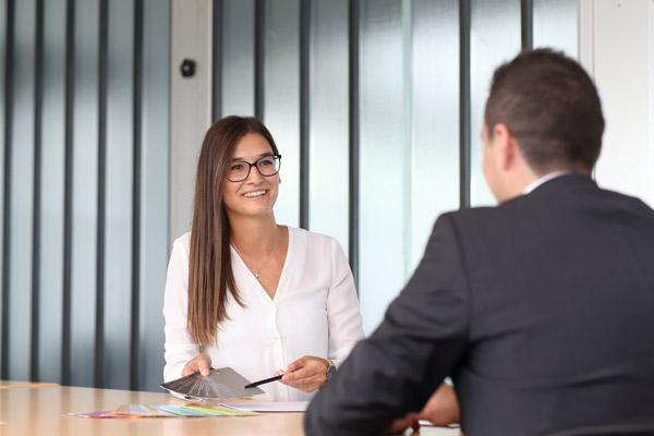 Julia Sailer im Beratungsgespräch mit einem Kunden.