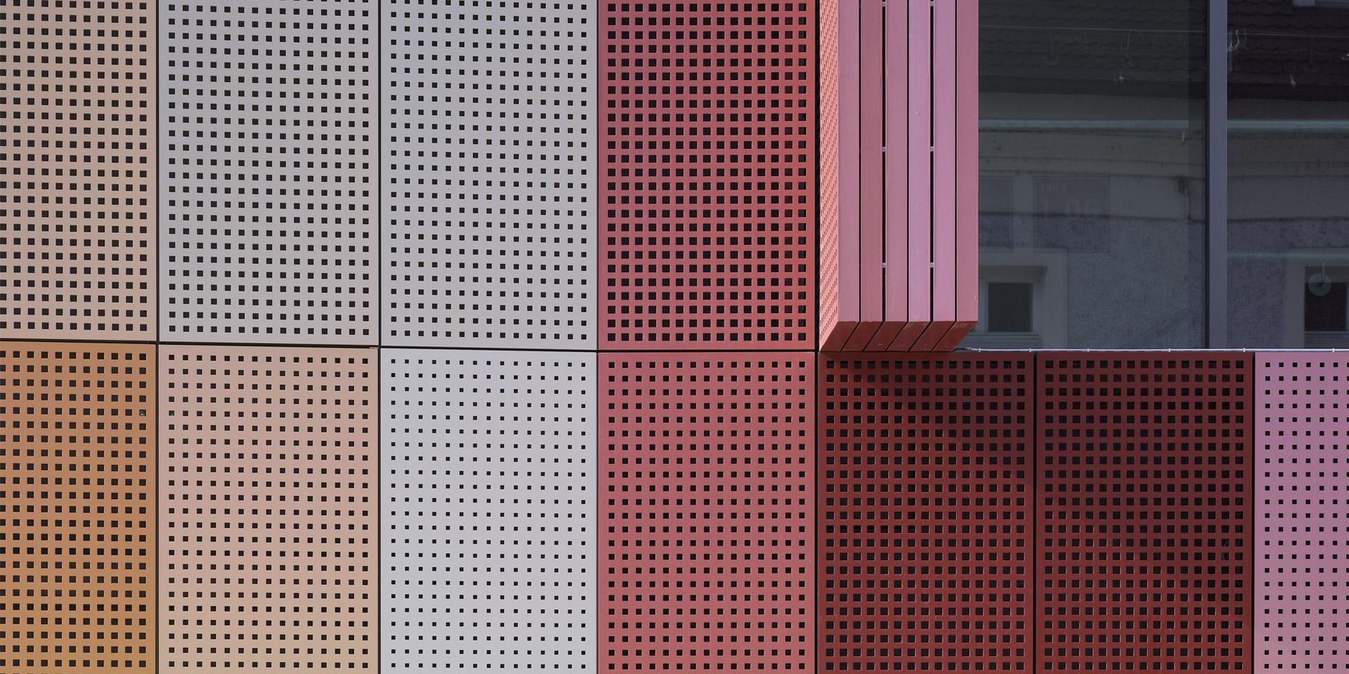 Nahaufnahme der Fassade der Stadtgalerie Passau von Auer und Weber - Die Farben aus der Umgebung wurden auf die Fassade übertragen.