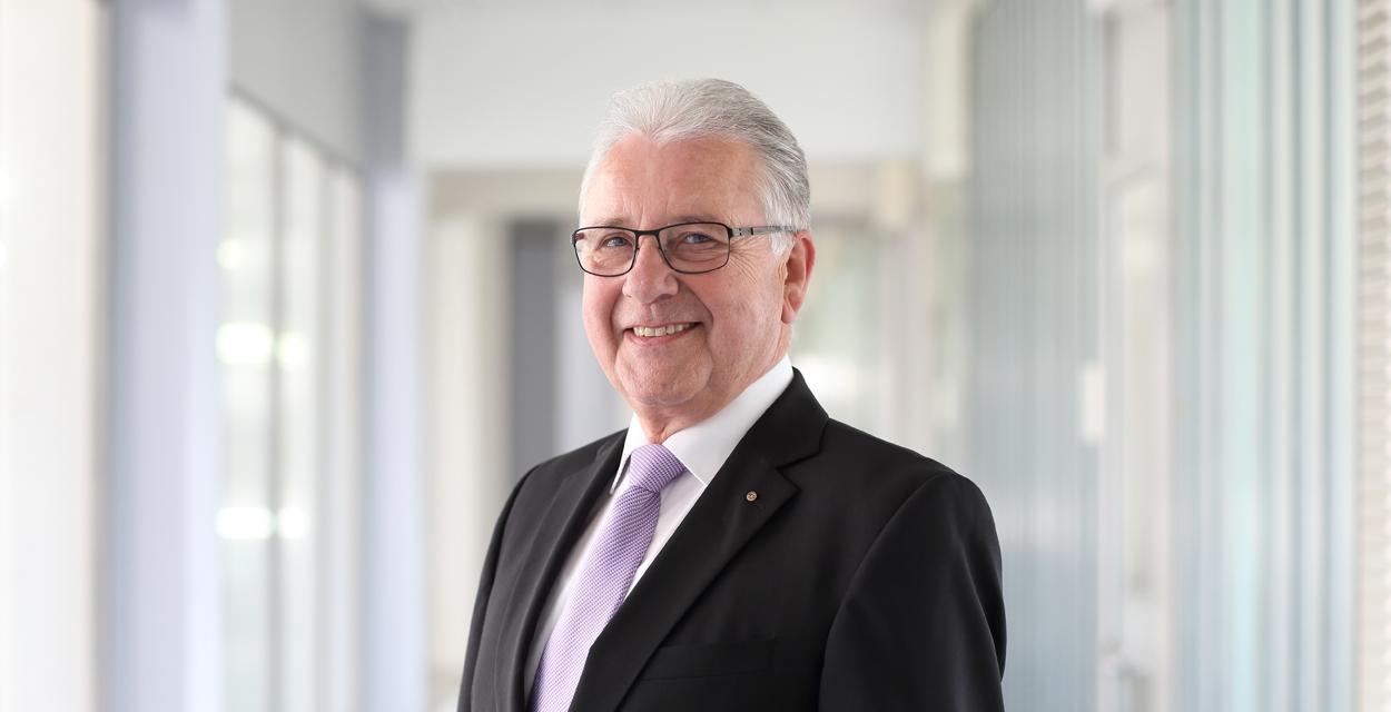 Hans Dieter Wahl beantwortet Ihre Fragen zu Investitionssicherheit, Werterhalt, Lebenszykluskosten oder technischen Besonderheiten von Oberflächen.