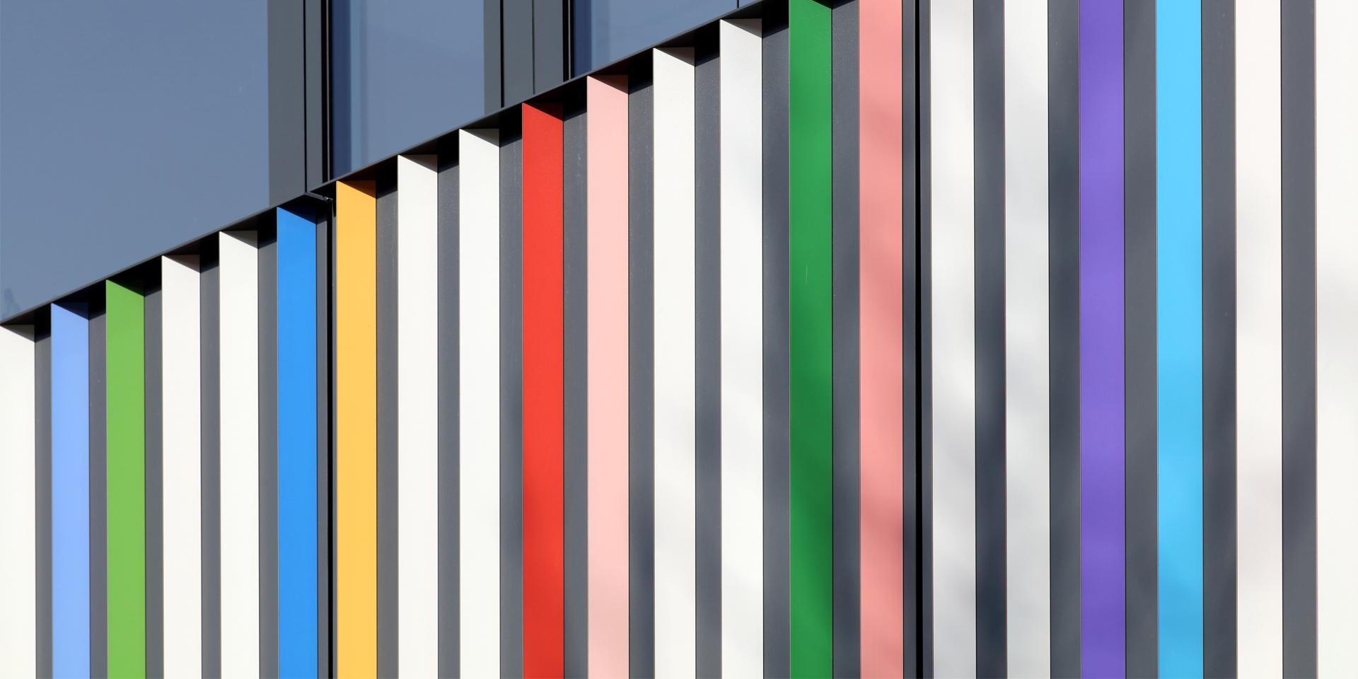Bunte Fassadenlamellen am Marrahaus in Heilbronn von Architekt Alexander Schleifenheimer