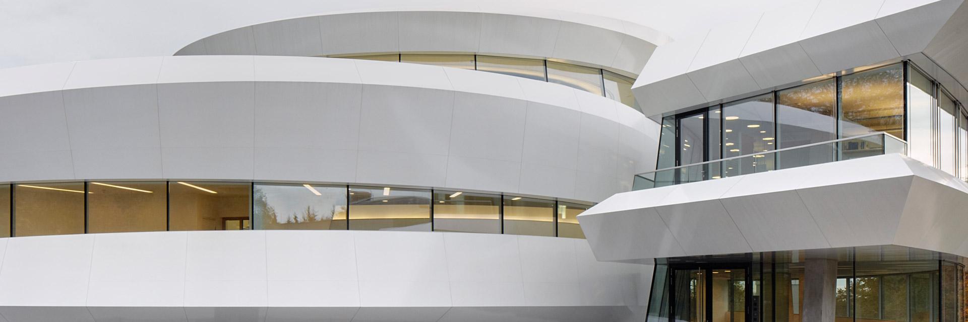 Geschwungene weiße Fassadenbleche des Hauses der Astronomie in Heidelberg vom Architekturbüro Bernhardt+Partner