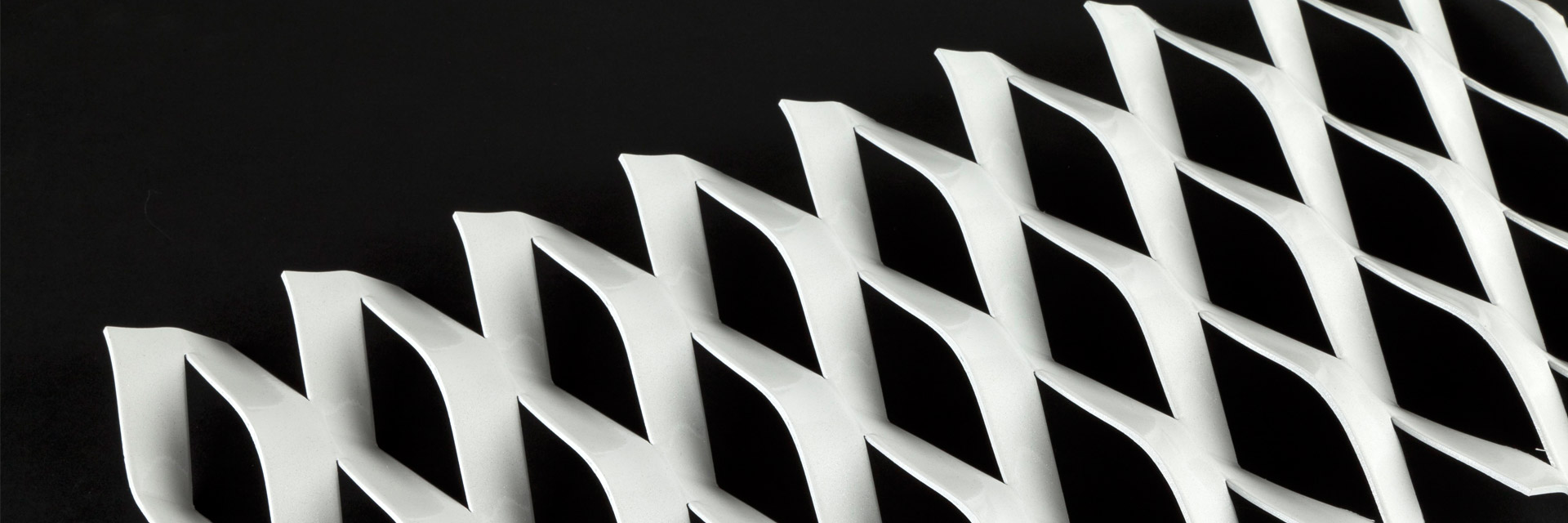 Detail eines Streckmetallblechs, das mit Duraflon beschichtet wurde.