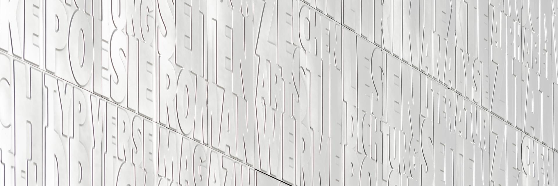 Detail der strahlend weißen, geprägten Fassade des Magazinturms der Staats- und Universitätsbibliothek Bremen von Haslob Kruse + Partner Architekten.