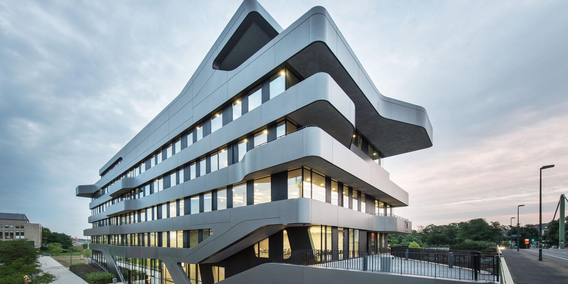 Außenansicht der Hochschule FOM Düsseldorf von J. MAYER H. und Partner, Architekten aus Berlin mit gebogenen Fassadenblechen in Duraflon Eisenglimmer VN 6579-4