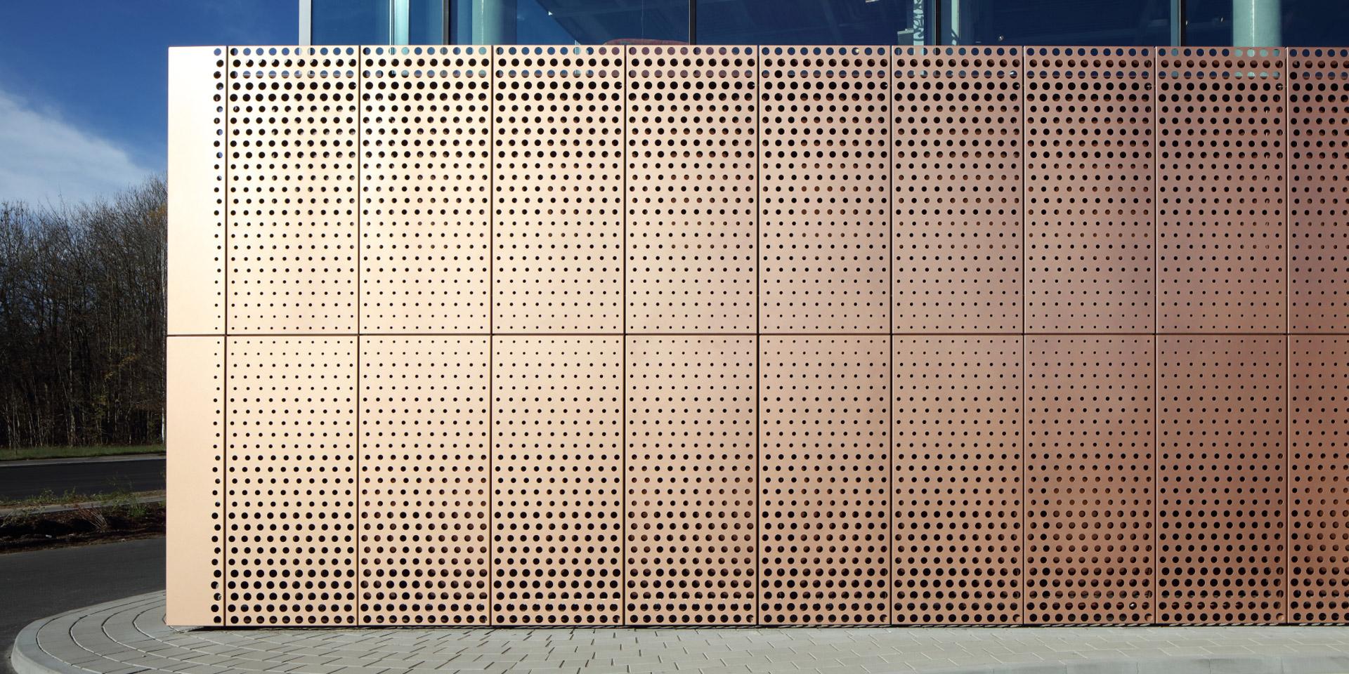 XXXLutz in Kempten von Blocher Blocher Partners aus Stuttgart mit kupferfarbenen Fassadenblechen im Duraflon-Designfarbton Bright Copper