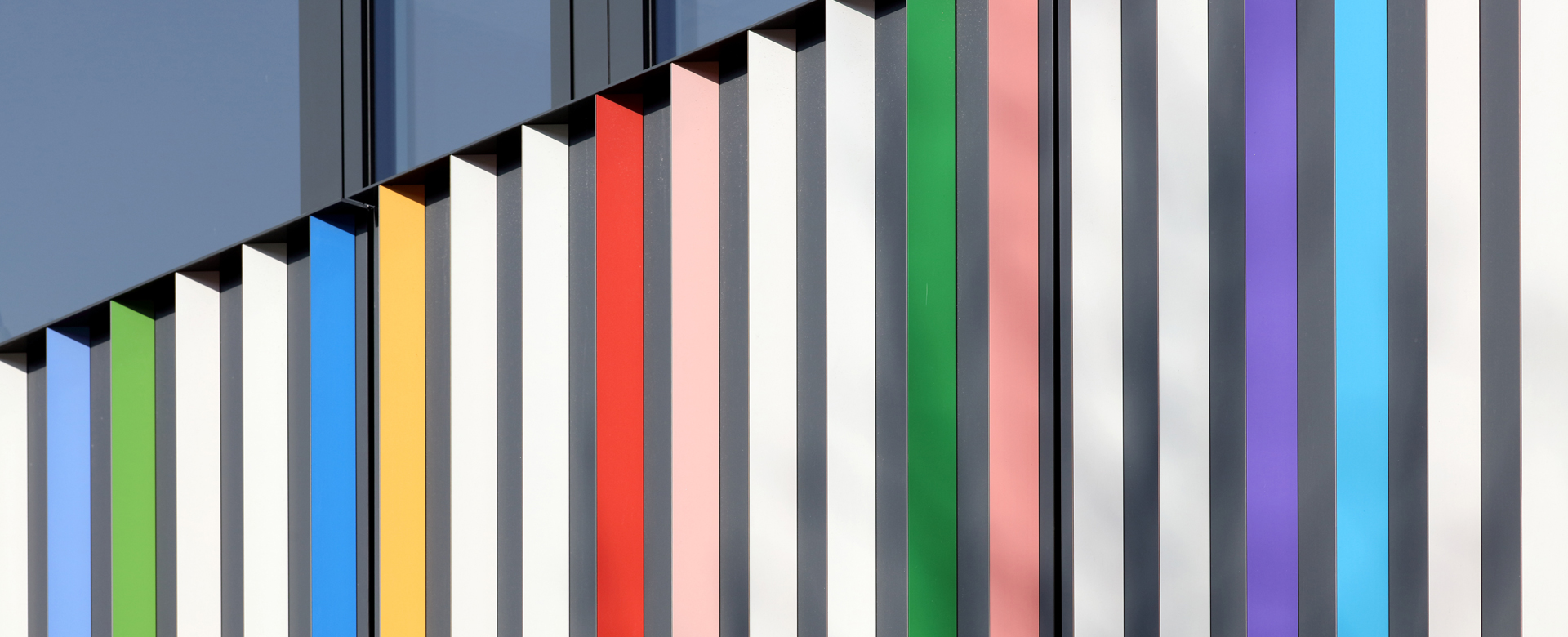 Großaufnahme bunte Fassadenlamellen am Marrahaus