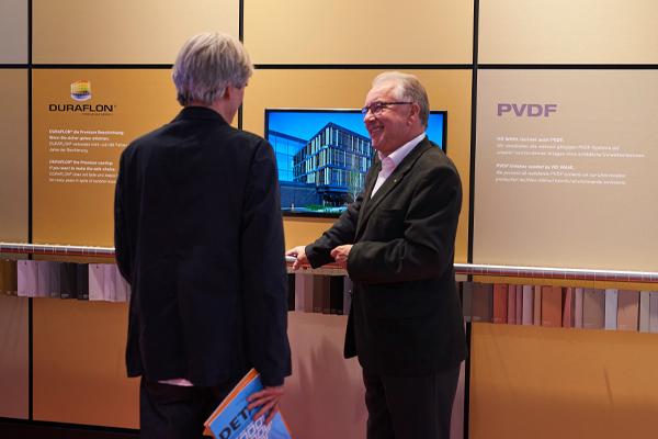 Hans Dieter Wahl vor dem Ausstellungebereich im NEXT Showroom.