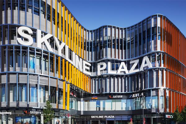 Regenbogenfarbene Lamellen am Skyline Plaza in Frankfurt mit 59 verschiedenen Duraflon-Farbtönen