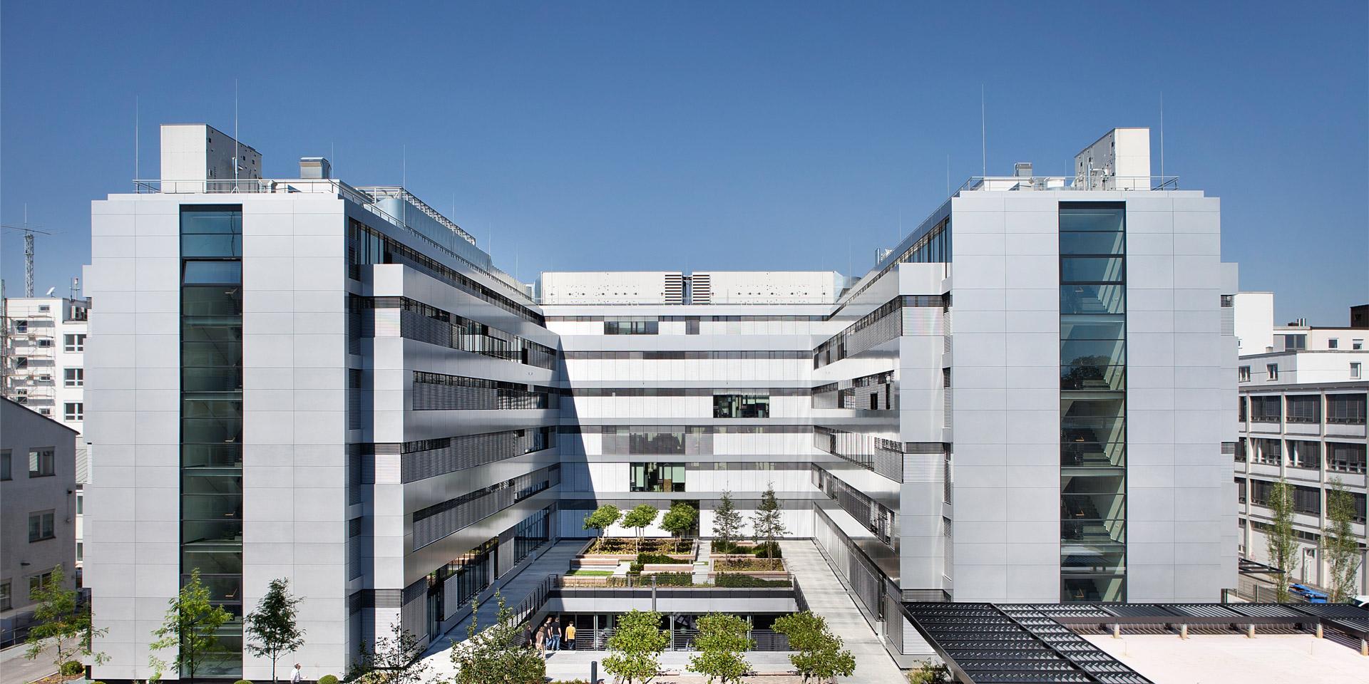 Innenhof des Entwicklergebäudes MÜ15 von Rohde & Schwarz in München.