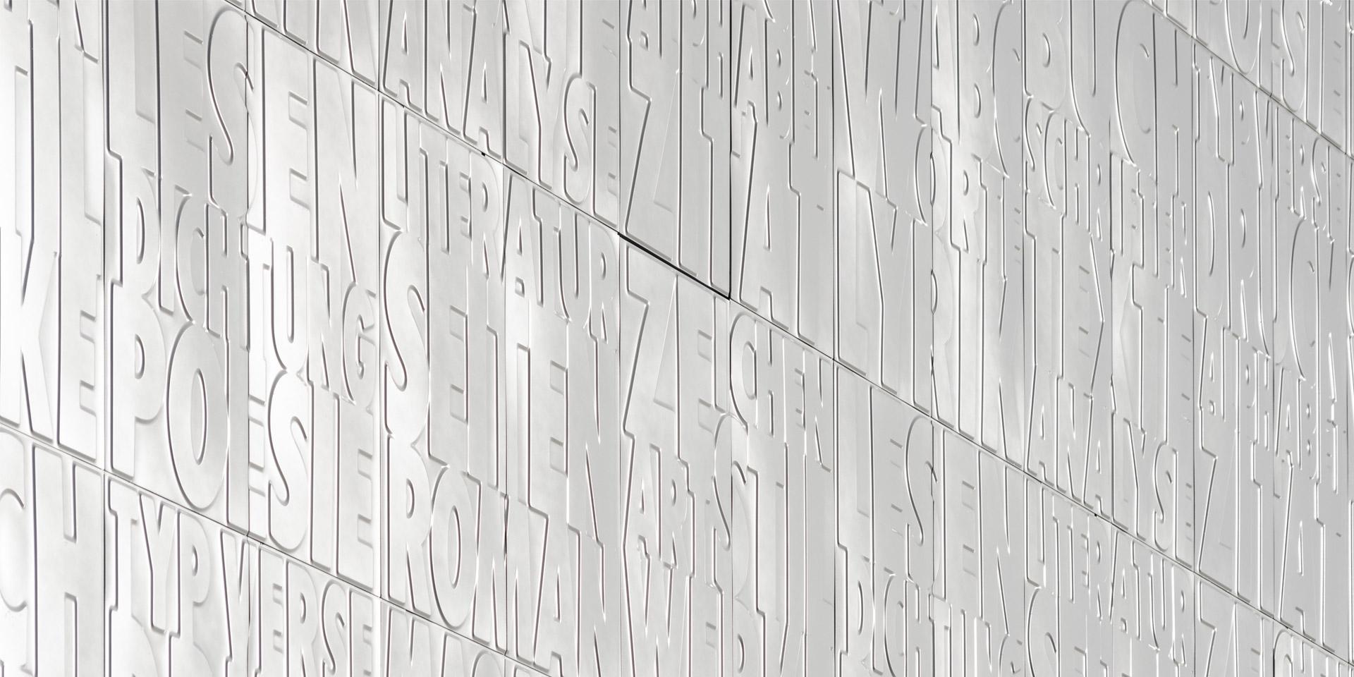 Detail Magazinturm SuUB Bremen mit in die weiße Fassade geprägten Buchstaben