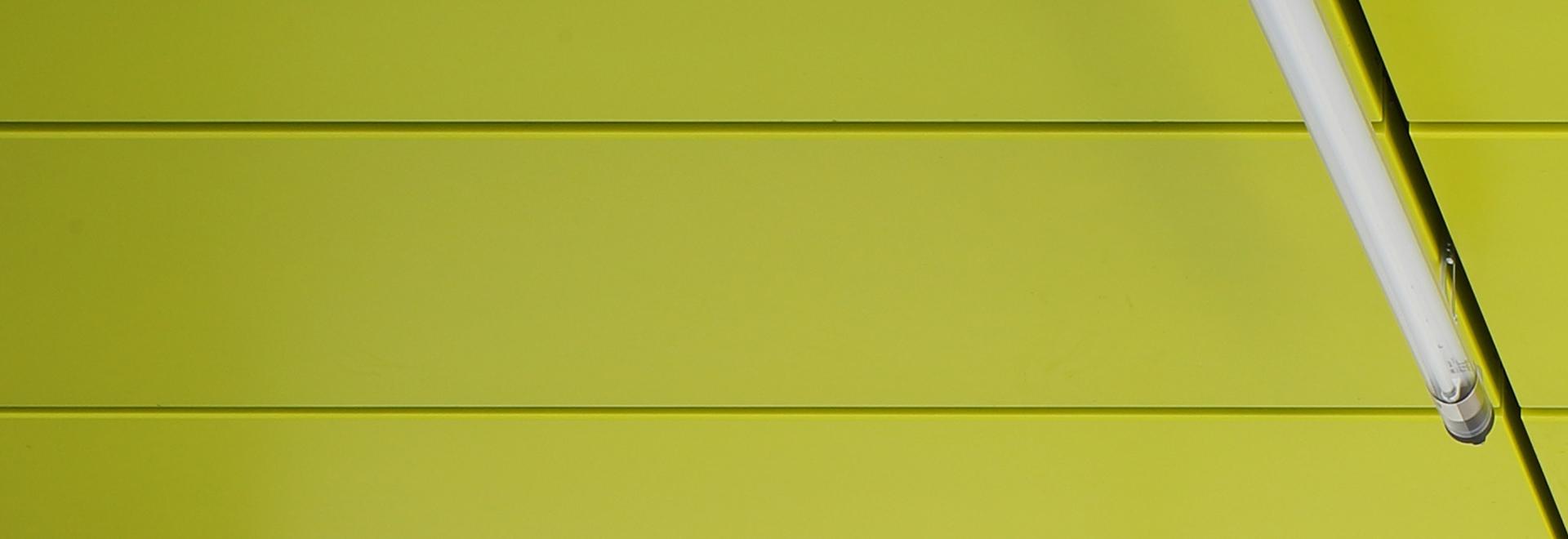 Hellgrüne Duraflon-Beschichtung an der Decke.