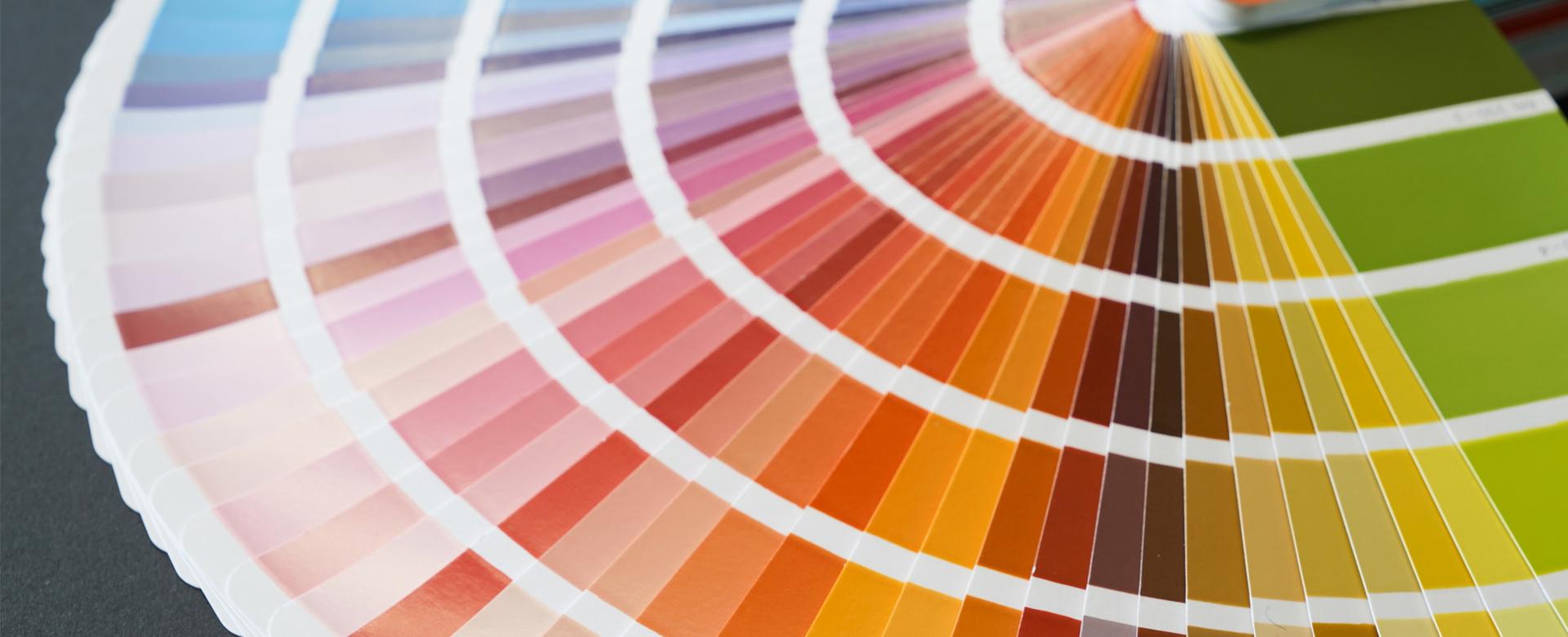 Fächer mit bunten Farbmustern